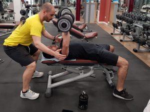 come allenarsi in palestra per mettere massa con i pesi