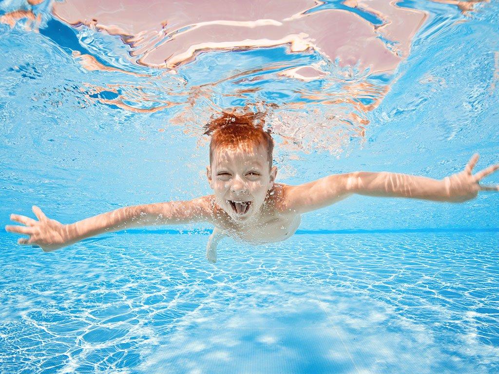 bambini in piscina in inverno