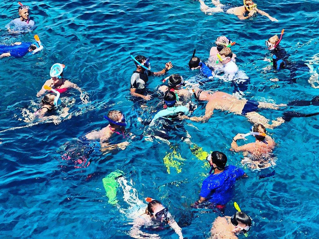 adulti e bambini acqua snorkelling