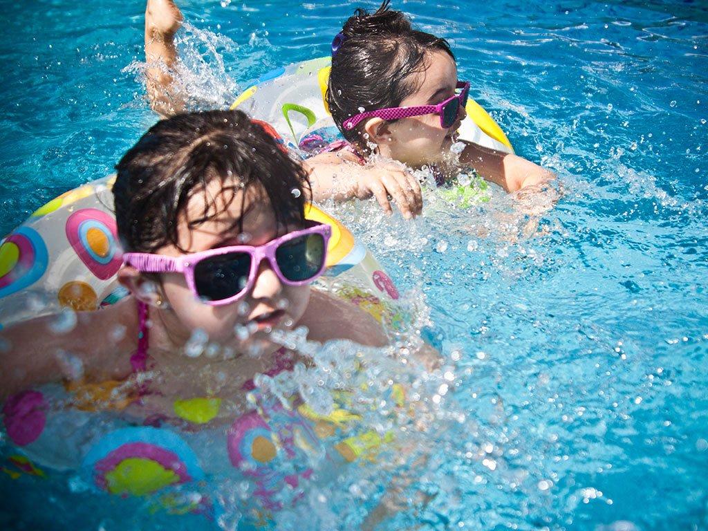 bambini giocano in acqua
